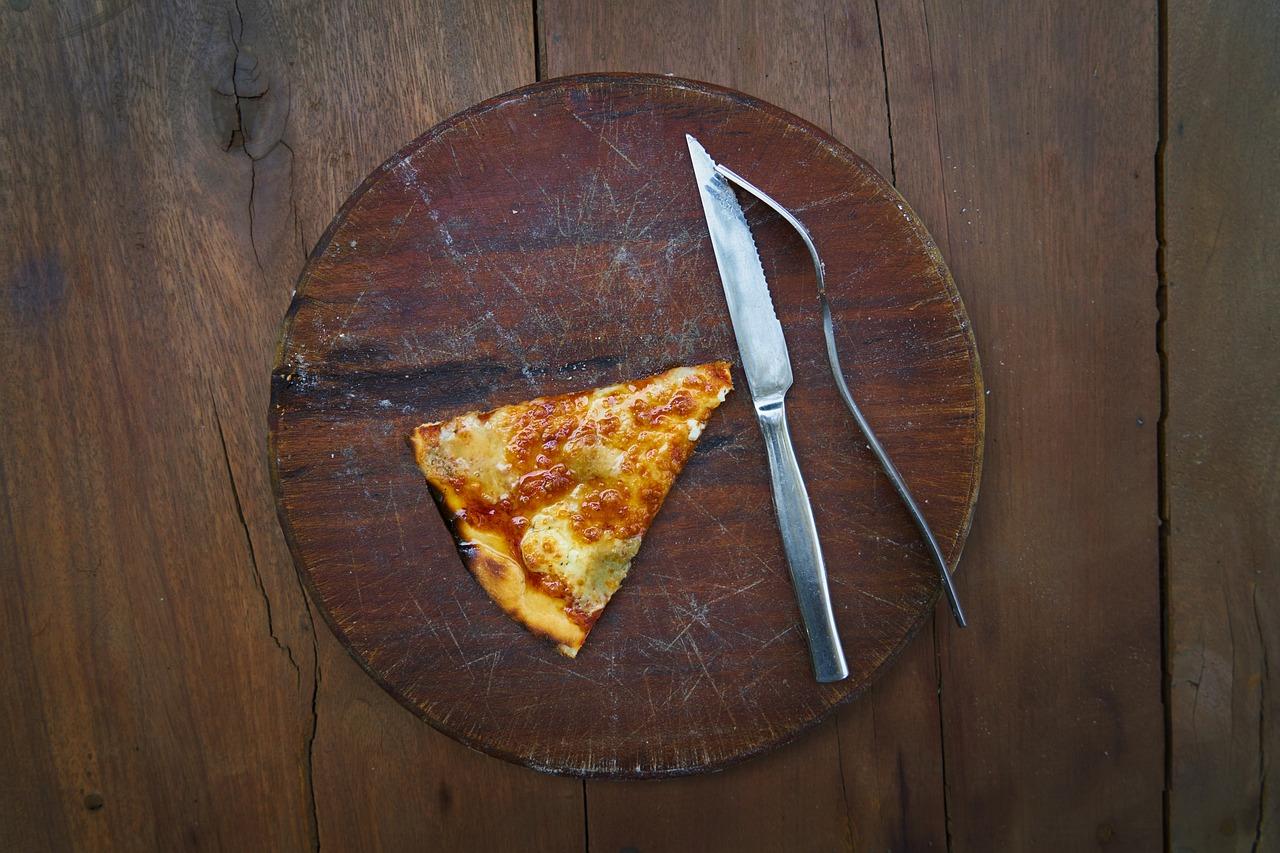 Slice of pizza/salt